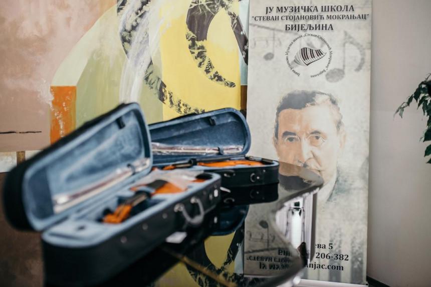 Za male virtuoze: Mozzart poklonio violine Muzičkoj školi u Bijeljini