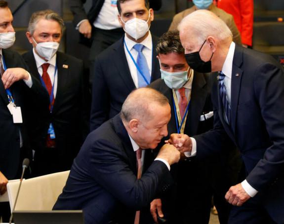 Комичан поздрав Бајдена и Ердогана на самиту НАТО-а