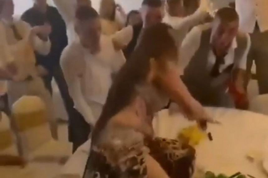 Na maturu doveli trbušnu plesačicu pa pala sa stola