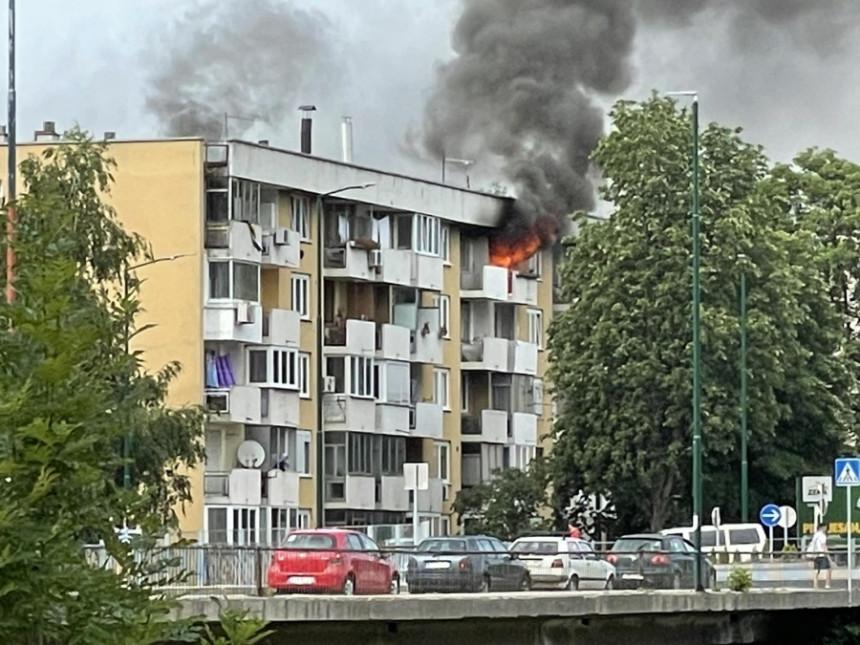 Jezive slike: Požar guta stan na vrhu zgrade