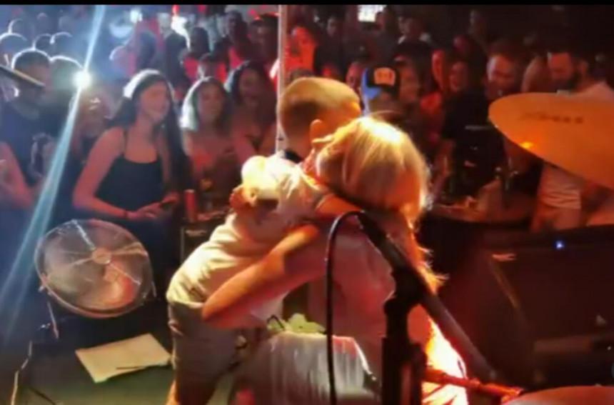 Nataša Bekvalac doživela iznenađenje tokom nastupa: On joj je ukrao srce!