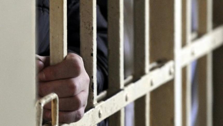 Dvojica zatvorenika drže dvojicu čuvara kao taoce