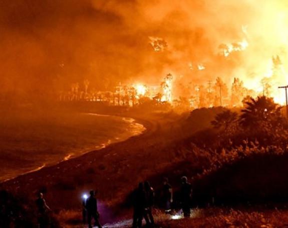 Сјевером Европе харају поплаве, југ се бори са пожарима