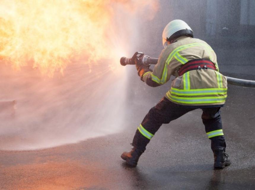 Požar kod Šibenika gasili kanaderi i 35 vatrogasaca