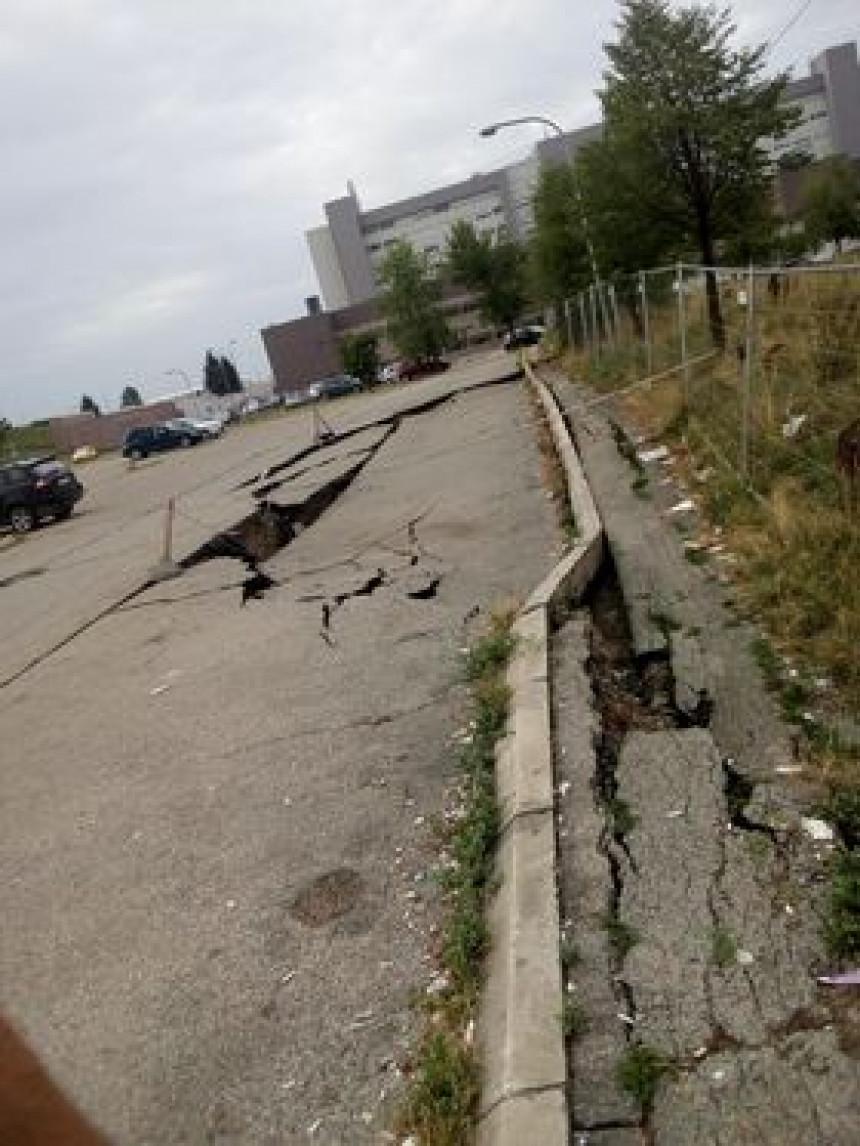 Parking i putevi oko UKC RS, trotoari neprohodni, nema dodatne signalizacije (FOTO)