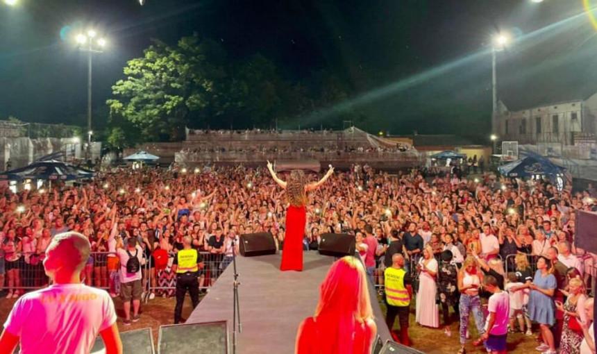 Ceca zablistala u crvenoj haljini u Vrnjačkoj Banji, pevačicu bodrio njen dečko!