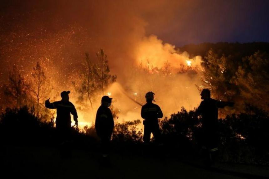 Vatrogasci s kopna i iz vazduha gase požare na Rodosu