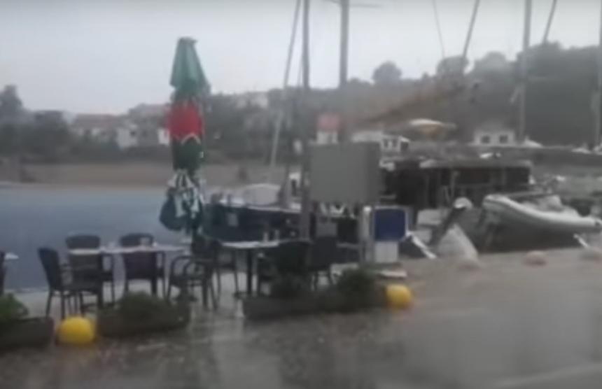 Хрватска: Вјетар обарао дрвеће, рушио кровове (ВИДЕО)
