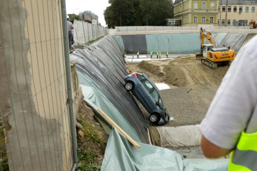 Autom probila zaštitnu ogradu i upala u rupu