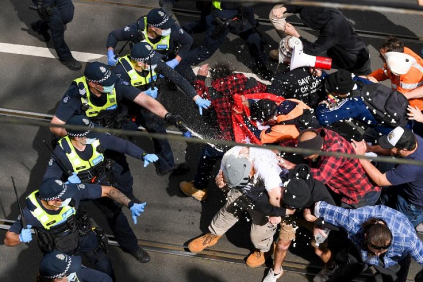 Хаос у Мелбурну: Протести, хапшења, насиље због мјера