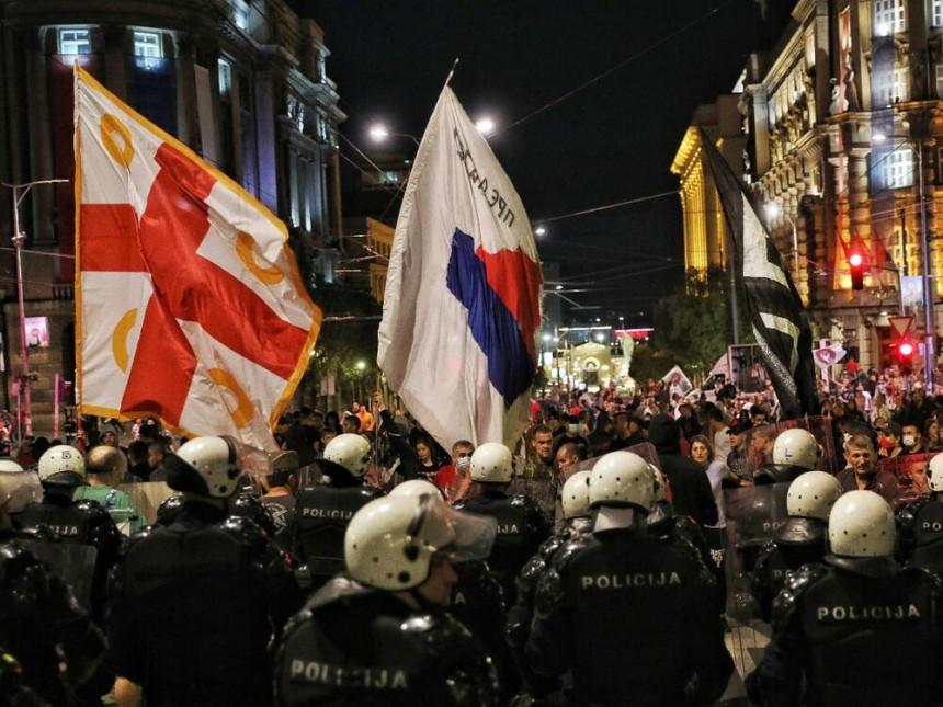 Demonstranti jajima gađali policiju u Beogradu