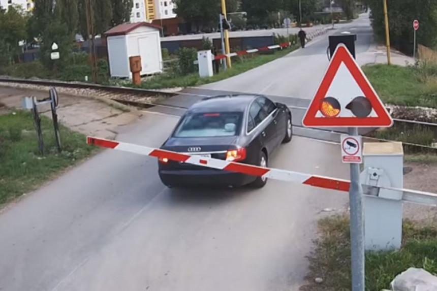 Vozač ignorisao rampu na pružnom prelazu u Banjaluci