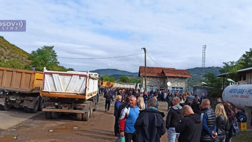 Građani i dalje na prelazima Jarinje i Brnjak