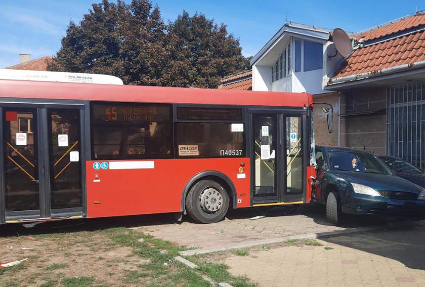 Gradski autobus danas uletio u park u Zemunu