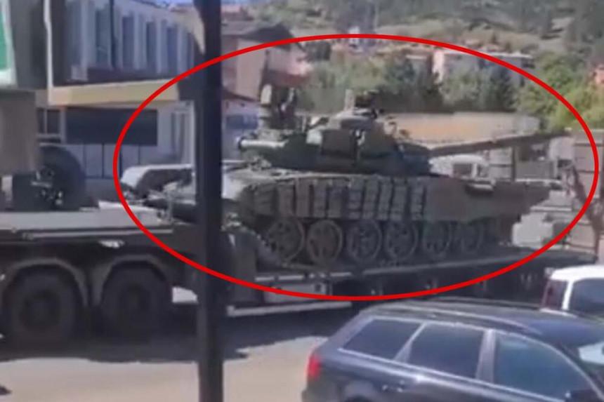 Колона тенкова Војске Србије на путу ка Јарињу