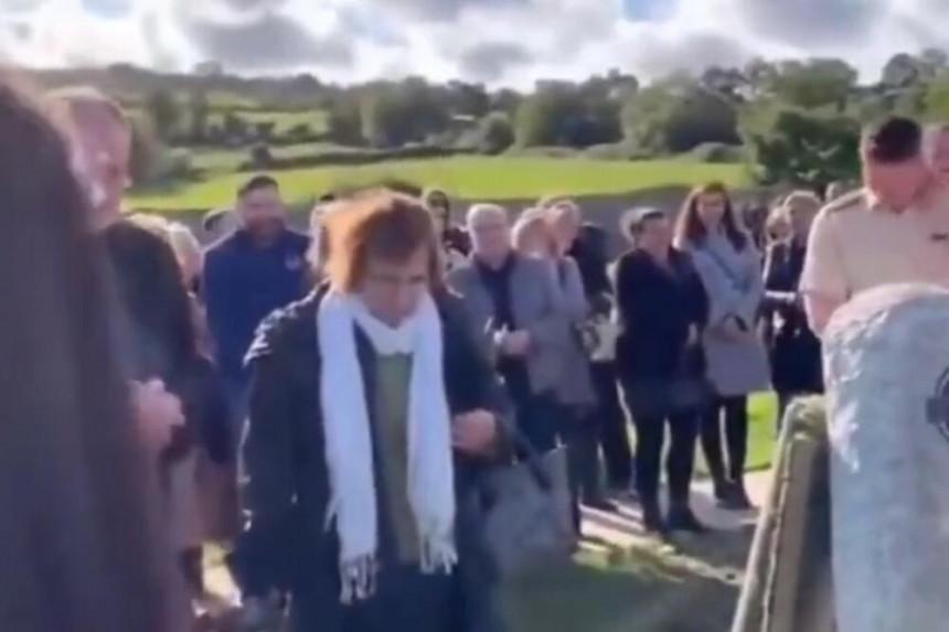 Sahrana na kojoj su se ljudi kroz suze smejali kad su začuli pokojnikov glas! (VIDEO)