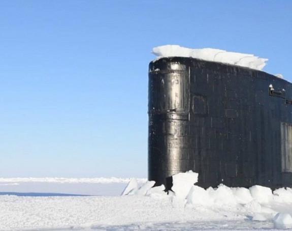 Podmornica izranja iz arktičkog leda