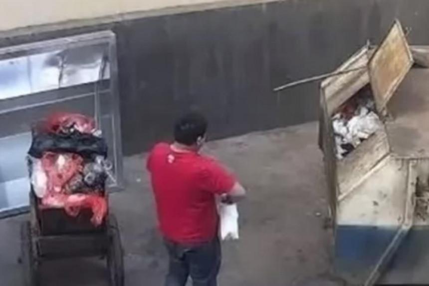 Otac bacio bebu u kontejner