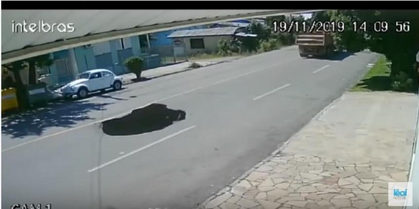 """Propao asfalt i """"progutao"""" jedan automobil (VIDEO)"""