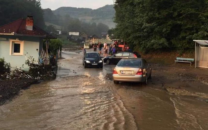 U nevremenu sinoć poplavljeni objekti i putevi u Tešnju