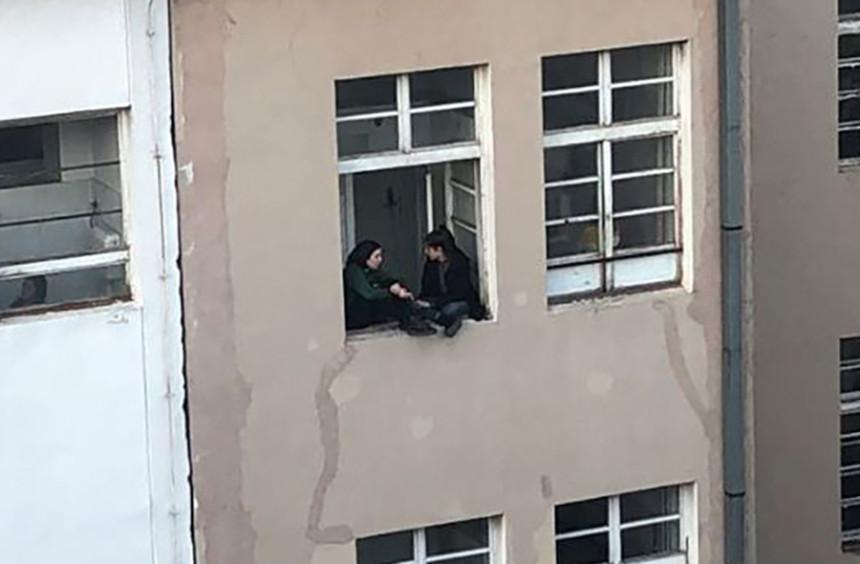 Rizično ćaskanje na prozoru škole