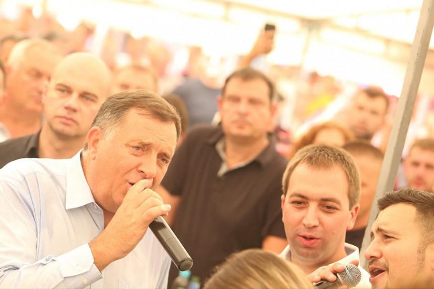 Manjača: Dodik i Vulin zapjevali pod šatorom