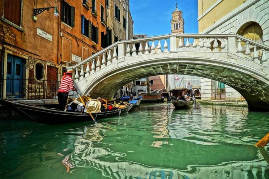 Most nije mogao da izdrži veliki broj turista