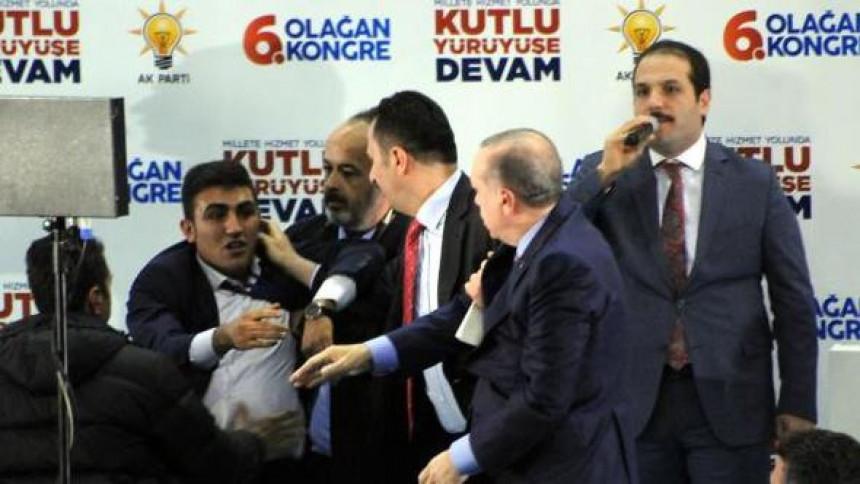 Burno na skupu: Spasili Erdogana!