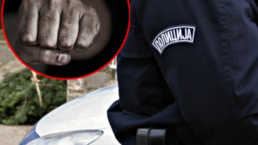 Svi ćutali dok je policajac tukao ženu