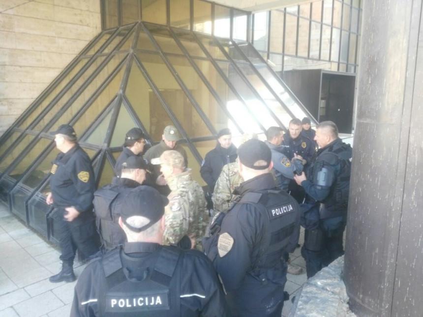 Policija čuva Parlament FBiH