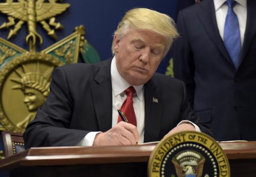 Tramp potpisuje još jednu uredbu