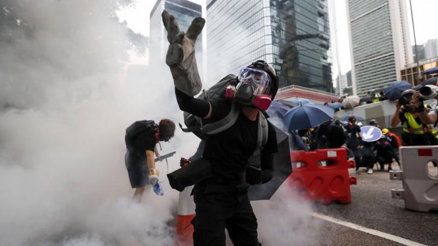 Policija Hongkonga suzavcem na demonstrante