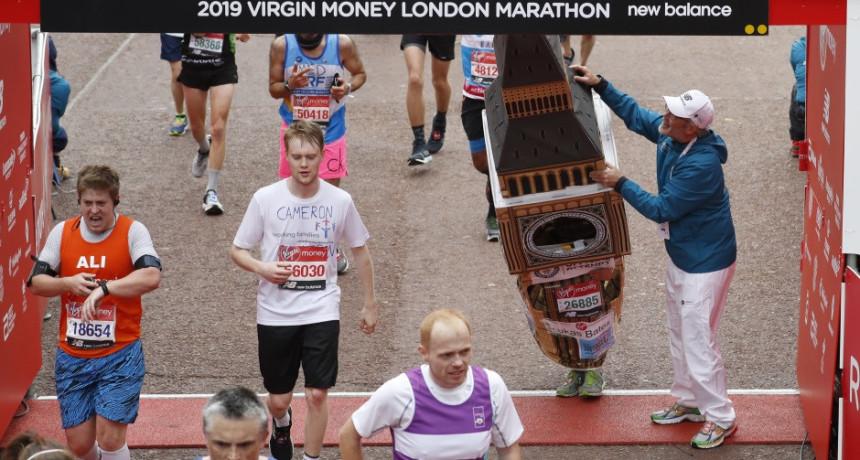 Video: Trčao maraton obučen u kostim Big Bena!