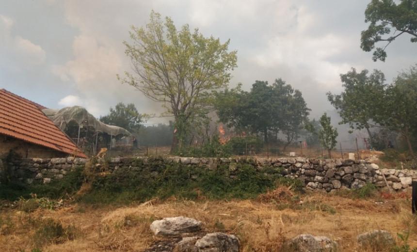Trebinje: Požar opkolio Dubočane