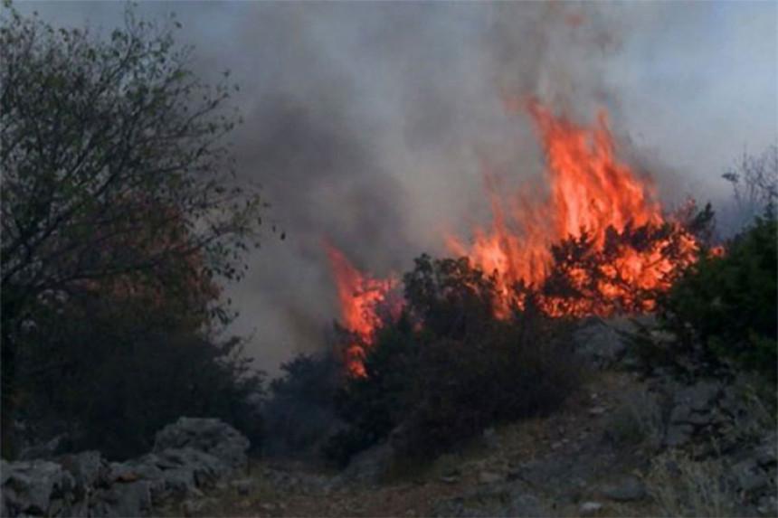 Дубочани: Ватра не пријети кућама