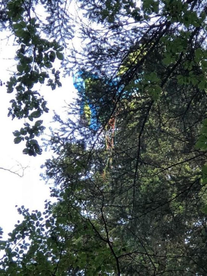 Paraglajder visi na granama