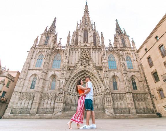 Par koji putuje svijetom otkrio kako finansira svoje avanture